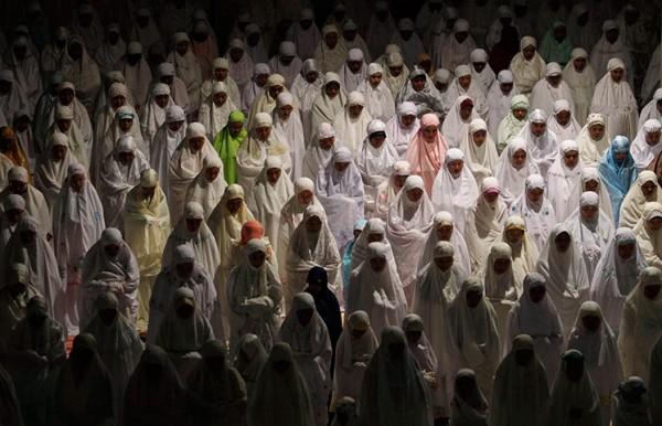 Мусульманские женщины в белых балахонах