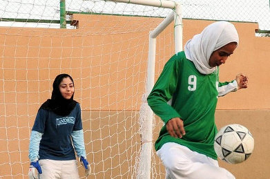 saudi-women-playing-soccer_l