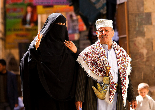 Couple in Sanaa by fveronesi1 / Creative Commons