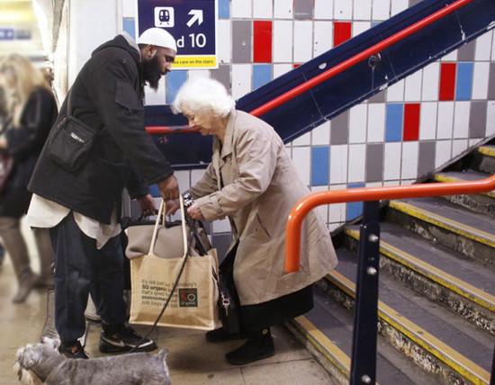 muslim-helping-old-lady-md